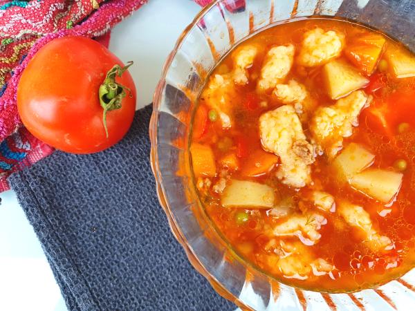 מרק עגבניות ובשר עם בצקניות ללא גלוטן