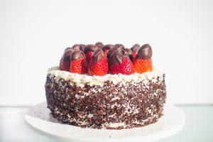עוגת שכבות תותים וקצפת ללא גלוטן