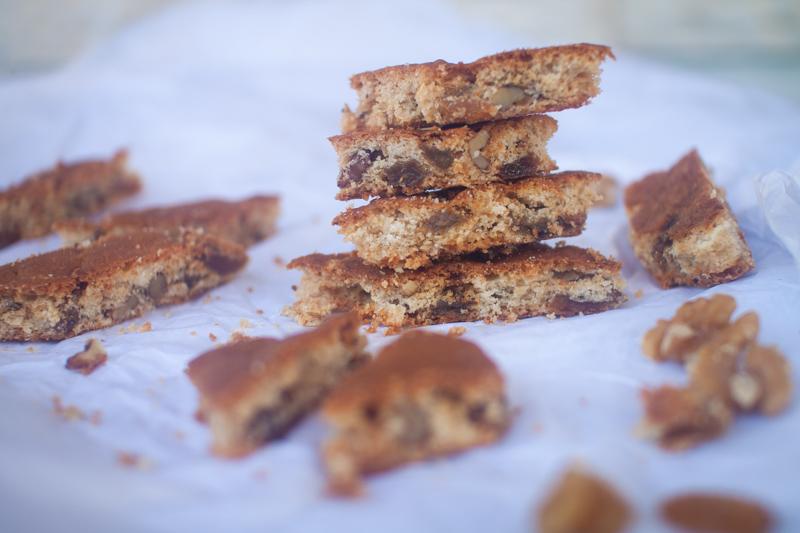 עוגיות מעוינות אגוזים וצימוקים