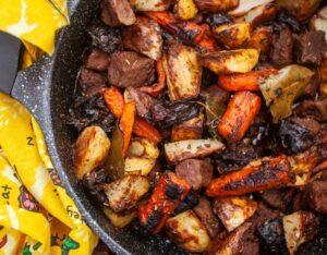 תבשיל בשר ותפוחי אדמה עם גזר ושזיפים