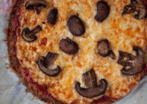 פיצה ללא גלוטן מבצק גבינות וקמח שקדים