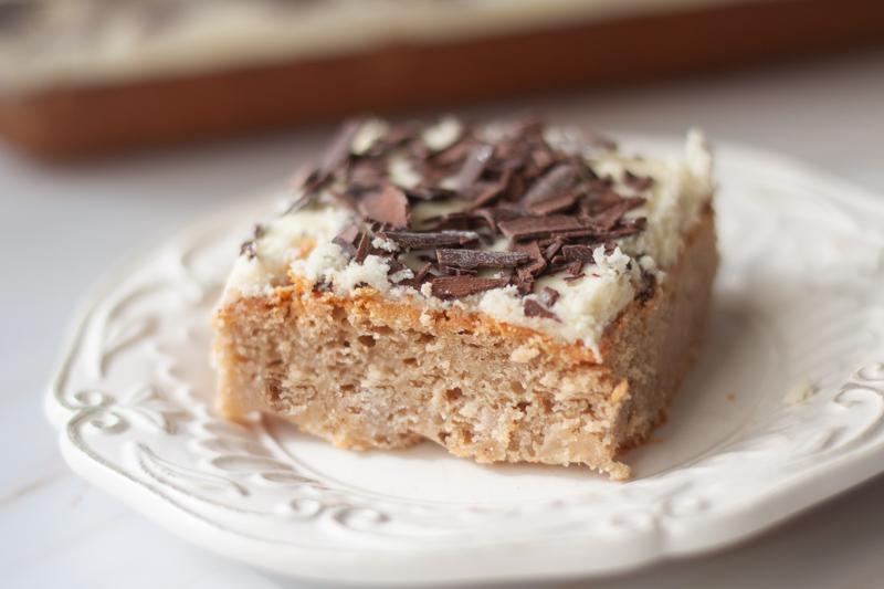 עוגת קפה ללא גלוטן עם ציפוי שוקולד לבן