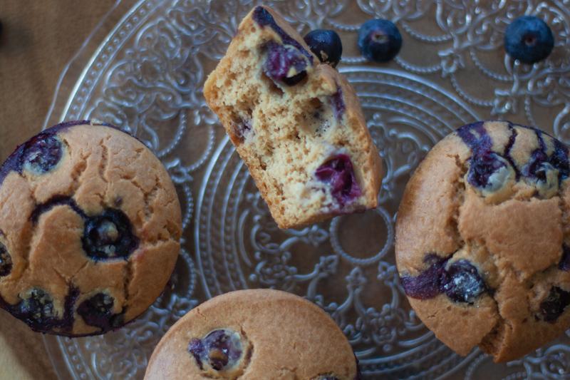 מאפינס חמאת בוטנים ואוכמניות ללא גלוטן וסוכר